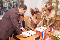 V sobotu 6. září krátce po poledni podepsala vsetínská starostka Květoslava Othová partnerskou smlouvu s chorvatským městem Vrgorac. To zastupoval jeho starosta Borislav Matkovič. (Oba na snímku)