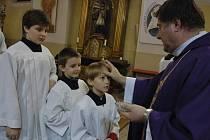 Popeleční středou vstoupili také vsetínští věřící do čtyřicetidenního postního období, které je přípravou na oslavu Velikonoc. Udělování popelce sledoval zaplněný kostel na Horním náměstí.