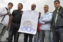 Před vrátnicí valašskomeziříčské společnosti Schott Solar se v úterý 17. července 2012 sešli propouštění zaměstnanci, aby si vyslechli výsledek jednání jejich odborové organizace s vedením firmy o odstupném.