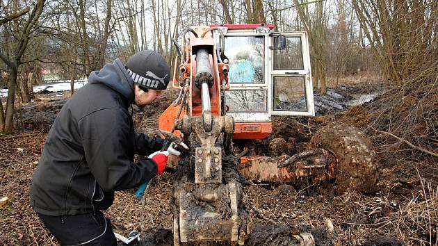 Ochránci přírody za pomoci bagru čistí tůně mokřadu Rákosina u Stříteže nad Bečvou; leden 2020