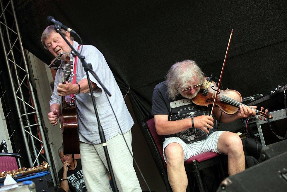 Trio Vladimír Merta & Jan Hrubý & Ondřej Fencl koncertuje koncertuje na I. nádvoří zámku Žerotínů ve Valašském Meziříčí na 39. ročníku folk-blues-beat festivalu Valašský špalíček (na snímku Vladimír Merta a houslista Jan Hrubý); sobota 26. června 2021