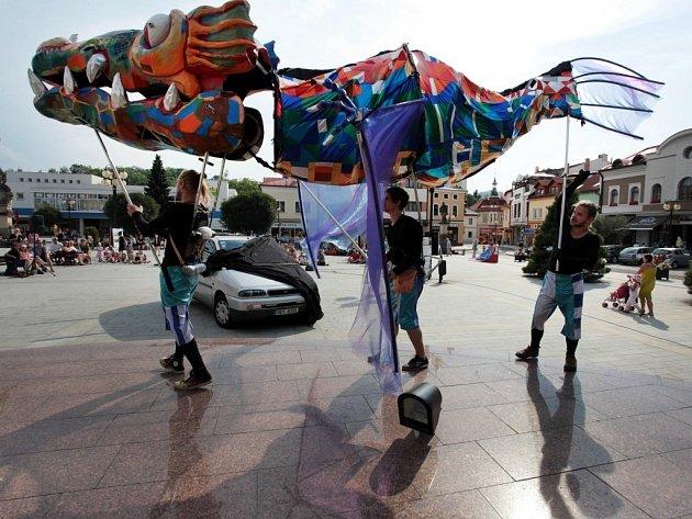 Představení Vlkoryb divadla NORI SAWA na náměstí v Rožnově pod Radhoštěm.