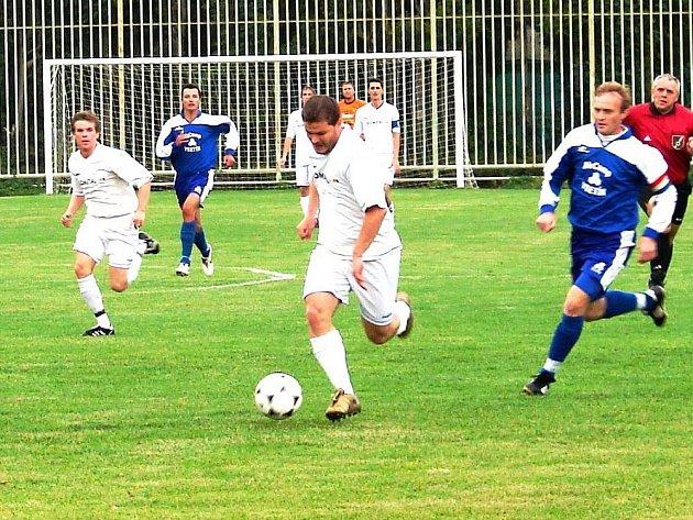 Vsetínský Jiří Jaroš (s míčem) v tomto utkání proti 1. Valašskému FC rozhodl hattrickem.