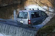 Osobní vůz Volkswagen Caddy skončil po nehodě v potoce; Bystřička, neděle 30. prosince 2012.