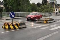 Bezpečnostní ostrůvek na silnici ve Vsetínské ulici v centru Valašského Meziříčí.