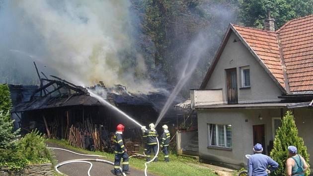 Hasiči likvidovali rozsáhlý požár hospodářského stavení v Rožnově pod Radhoštěm.