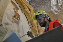 Restaurátor Michal Šrůtek obnovuje kresbu zbojníka v interiéru národní památky Libušín na Pustevnách; květen 2019