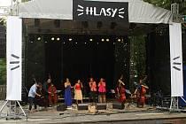 Poslední srpnovou sobotu 2019 se v amfiteátru Na Stráni v Rožnově pod Radhoštěm konal 3. ročník festivalu Hlasy. Zahajující kapelou byl  HLASkontraBAS Oktet.