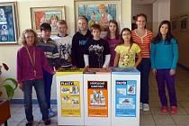 Děti ze Základní školy 5. května v Rožnově pod Radhoštěm s novými nádobami na tříděný odpad.