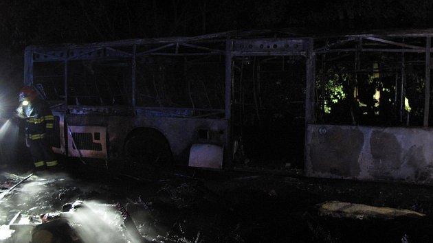 Požár autobusu ve Valašské Bystřici. Plameny jej zcela zničily.
