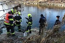Do řeky Bečvy ve Valašském Meziříčí ve středu 2. prosince 2020 opět unikla neznámá chemikálie. Uhynulo také několik ryb.