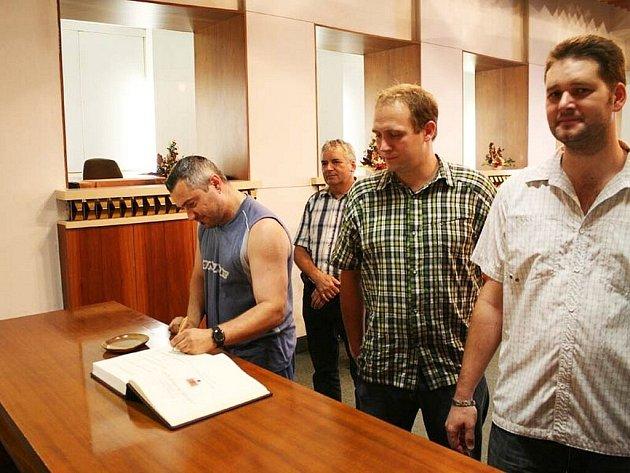 Rožnovská radnice ocenila ve středu 20. června 2012 čtrnáct dobrovolných dárců krve.