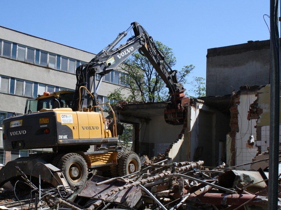 Demoliční práce ve Vsetínské nemocnici se dostávají do poslední fáze, kdy nastupuje těžká technika.