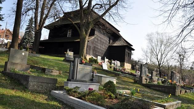 Dřevěný evangelický toleranční kostel ve Velké Lhotě na Valašsku je pod ochranou státní památkové péče jako jediný kostel u nás s původními základními rysy tolerančních kostelů.