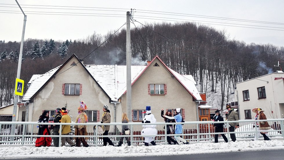 Masopustní obchůzka v Lužné na Hornolidečsku, v neděli 10. února 2013.