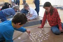 Ve známé stolní hře se soutěžilo na žíněnkách. Své síly při tom změřila stovka slyšících a neslyšících dětí.