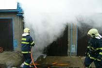 Požár uskladněných věcí uvnitř jedné z garáží ve Vsetíně.