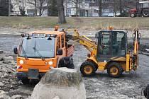 Pravocníci Technických služeb čistili zanesené dno rybníčku v Panské zahradě.