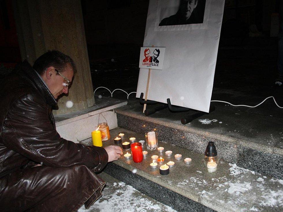 Ve středu večer v mrazivém počasí se v parku před vsetínským zámkem konala vzpomínková akce na Václava Havla.