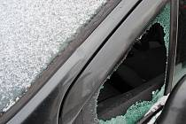 Zloděj při vloupání auto poškodil; Prostřední Bečva, pondělí 16. ledna 2016.