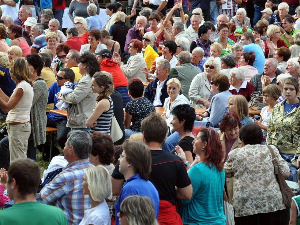 Obyvatelé města Zubří sledují program na pódiu pod Petrohradem při oslavách desátého výročí získání statutu města; Zubří, sobota 8. září 2012