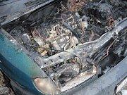 Několik minut po nastartování začal z motoru stoupat kouř, pak se objevily plameny. Tímto způsobem popisovali svědci v úterý odpoledne vznik požáru osobního auta Citroën ve Francově Lhotě.