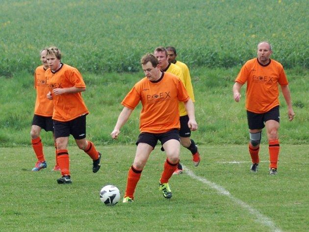 V dohrávce IV. třídy fotbalisté Velké Lhoty (oranžové dresy) porazili Krhovou B 2:1.