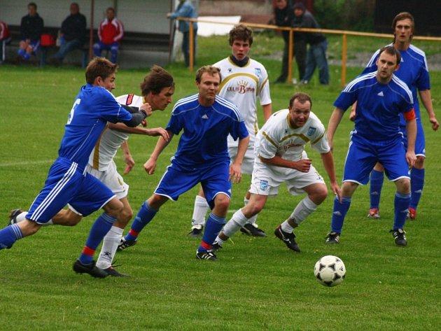 Fotbalisté Poličné (bílé dresy) doma porazili Janovou (2:0).