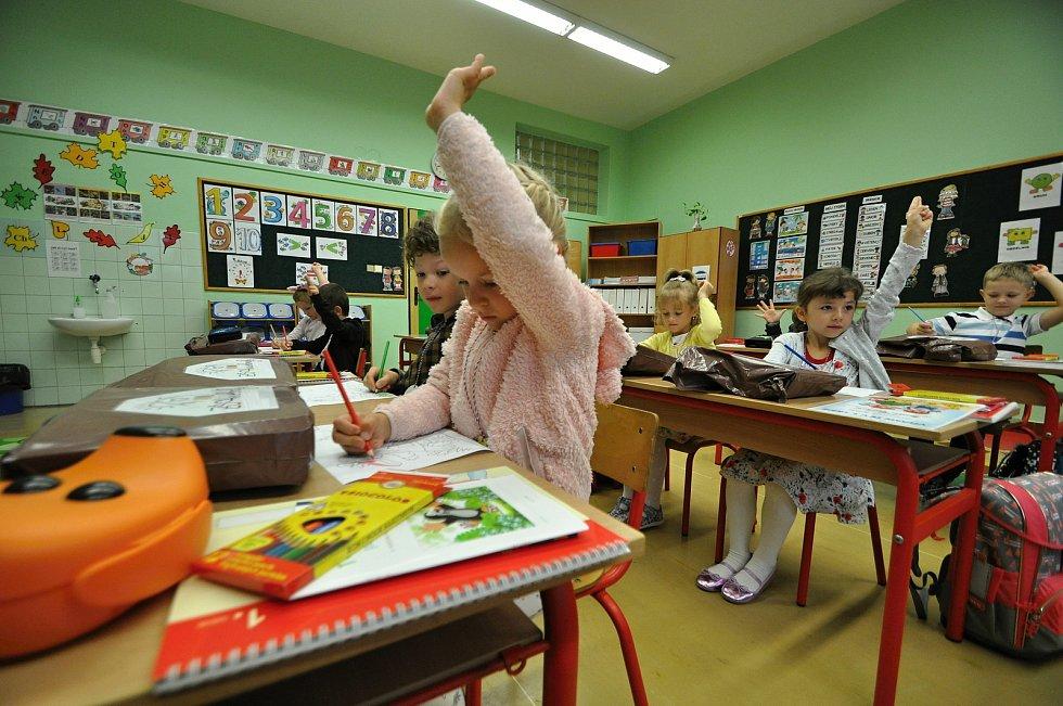 Do lavic malotřídní základní školy v Huslenkách usedlo 1. září školního roku 2021/2022 patnáct prvňáčků.