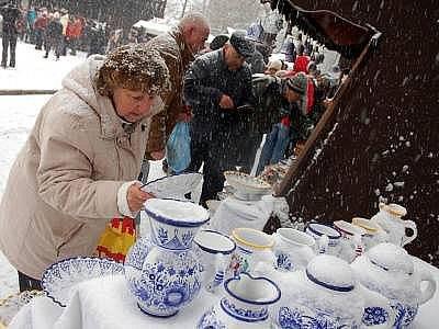 Na vánoční jarmark do skanzenu v Rožnově pod Radhoštěm dorazily tisíce lidí.