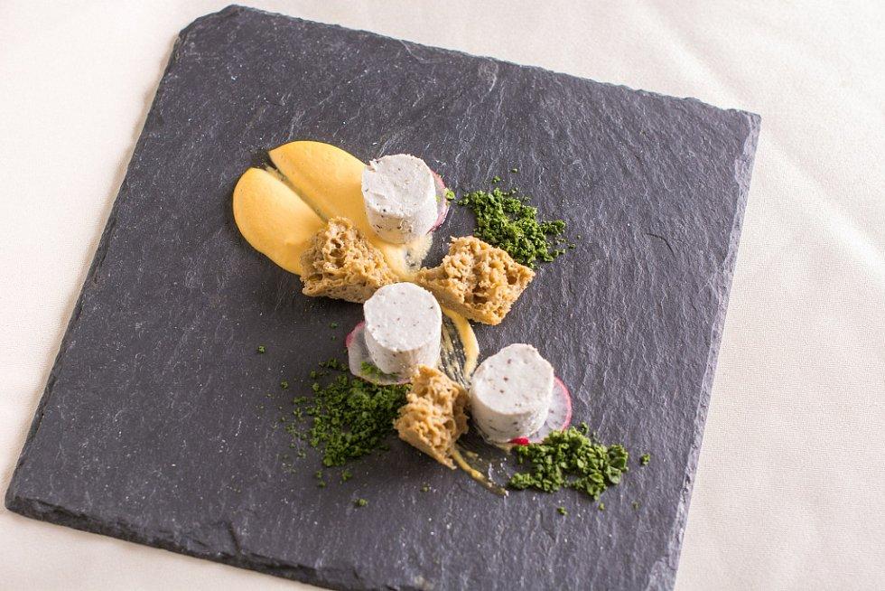 Jarní menu hotelu Lanterna ve Velkých Karlovicích. Dolnopasecky bio sýr.