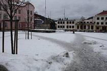 Že lidé chodí po náměstí Svobody po diagonálách dokazují také vyšlapané cestičky ve sněhu.