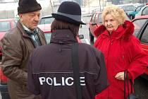 Policisté ve středu 8. prosince upozorňovali motoristy před supermarkety na nebezpečí vykradení zaparkovaných vozů.