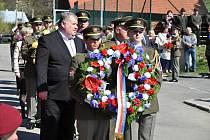 Vojáci a čestní hosté přinášejí v sobotu 20. dubna 2019 smuteční věnce k památníku v Prlově u příležitosti 74. výročí Prlovské tragédie.