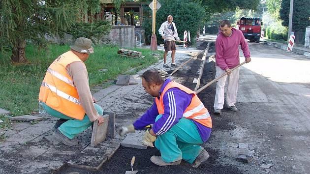 Ve Valašském Meziříčí opravují chodník a silnici.