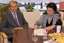 Manželé Ludmila a Josef Adamcovi ze Vsetína se podepisují do pamětní knihy města Vsetín při příležitosti své lednové diamantové svatby.