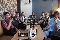 Členové Valašského fajfklubu říkají, že kvůli zákazu kouření v restauracích budou muset přejít do ilegality.