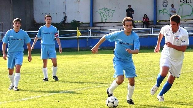Fotbalisté Vsetína (v modrém s míčem záýložník Novosad) doma překvapivě podlehli 1. Valašskému FC.