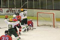 V utkání třetího kola II. ligy hokeje vyhrál Vsetín (bílé dresy) v Uherském Hradišti 5:4 po nájezdech.