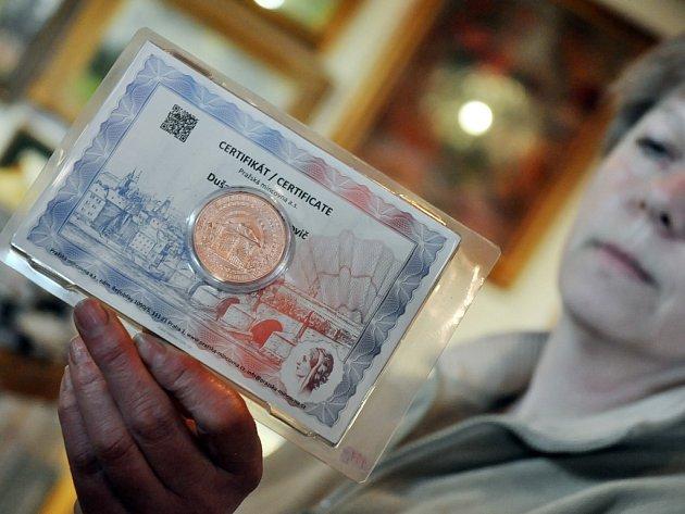 Pamětní mince jejichž zakoupením mohou lidé přispět na obnovu požárem zničené chaty Libušín na Pustevnách jsou k dostání také v Informačním centru Zvonice na Soláni.