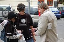Do charitativní sbírkové akce Den, kdy svítí světlušky se v úterý (23.9.) zapojili také studenti ve Vsetíně