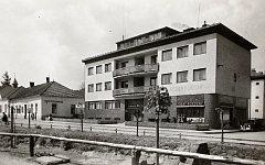 LÁZNĚ. V Hovězí byl zřízen Vodoléčebný a elektroléčebný ústav v nově postavených budovách. Lázně měly nahradit léčebná zařízení odebraná Němci v Sudetech. Foto z roku 1942.