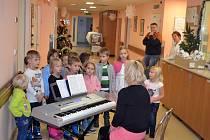 Adventní čas pacientům Nemocnice Valašské Meziříčí zpříjemnilo vystoupení dětí mateřské školy. Na dětském oddělení nechybí nazdobený stromeček.