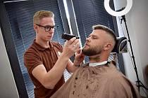 Patrik Rada (vlevo) zakládal před třemi lety ryze pánské holičství Wallachian Barber Shop ve Valašském Meziříčí. Dnes má pobočky také v Rožnově pod Radhoštěm a Vsetíně.