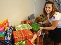Pracovnice Diakonie ČCE Vsetín Amálie Chlápková shromažďuje dárky věnováné do celostátní akce Vánoční krabice od bot; Vsetín, prosinec 2016.