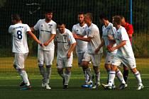 Fotbalisté Rožnova pod Radhoštěm (bílé dresy) doma porazili Baťov 2:1.