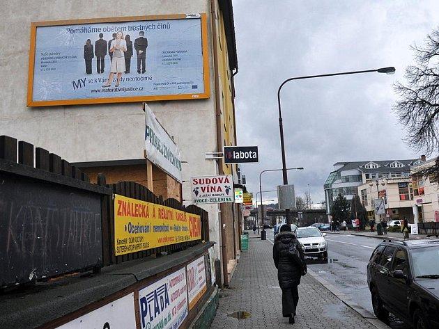 Billboard s informacemi pro oběti trestných činů je k vidění ve vsetínské Smetanově ulici.