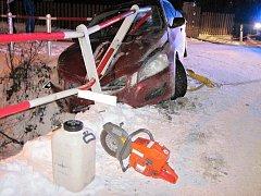 Hasiči v Kateřinicích vyprošťovali auto, které hrozilo pádem do potoka