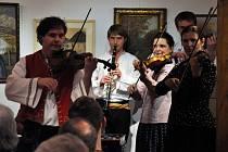 Cimbálová muzika Soláň vystupuje v programu svátečního posezení u cimbálu v Informačním centru Zvonice na Soláni, sobota 29. prosince 2012.
