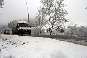 První sníh na silnici na kopci Sirákov nad obcí Liptál.